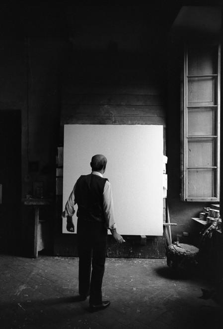 "<span class=""artist""><strong>Ugo Mulas</strong></span>, <span class=""title""><em>Lucio Fontana, L'Attesa, Milano (2)</em>, 1964-2019</span>"