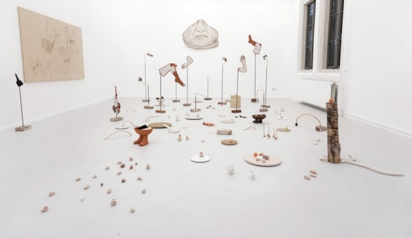 Claudia Martínez Garay, … imaywanpas quidakuwakmi … / … but you can stay with my stuff …, 2017, installation with ceramic (fired and raw: red, black and white clay, porcelain, plaster, wood, iron and bricks) and paintings.