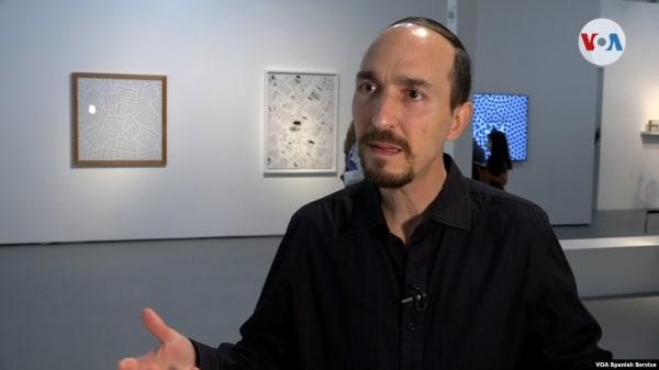 """El artista venezolano Yucef Merhi conversó con la Voz de América en la inauguración de su exposición """"Yucef Merhi: Open"""" en la ciudad de Miami, Florida. [Foto: Antoni Belchi]"""