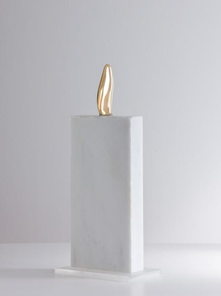 Katsuhito Nishikawa #020367 Ohne Title, 1996-2013 Bronze, Stein, separate Basis aus Plexiglas 40,5 x 14,5 x 5,5 cm