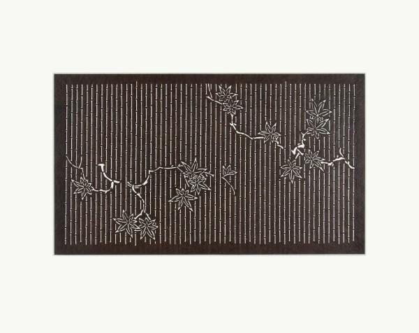 Katagami / Uwagami #016735 Katagami (Textilfärbeschablone), Japan, Späte Edo-Zeit / Meiji-Zeit (2. H. 19. Jh. / Anfang 20. Jh.) Typ: komon (kleine Muster) 竹縞に楓 take-shima ni kaede. Ahorn auf Bambusstreifen. Schnitttechnik: tsukibori (Freischneiden). Handgeschöpftes Papier (washi), imprägniert mit Persimonentanin (kaki-shibu) Schablone: 30 x 41,7 cm; Muster: 19,6 x 34,7 cm ; Passepartout: 40 x 50 cm