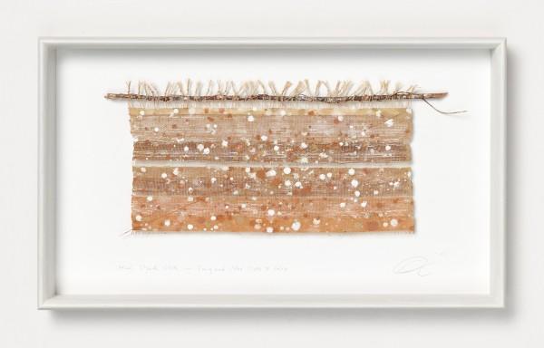 Chiyoko Tanaka #022083 Mud Dyed Cloth - Twig and Mud Dots #3.6.8, 2007 Handgewebtes Textil (Ramie), gefärbt mit Schlamm, Zweig und Faden Textil: 18 x 33 cm; Rahmen: 32 x 54 x 5 cm