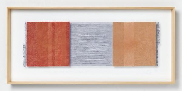 Chiyoko Tanaka #022076 Grinded Fabric - Three Squares. Blue Threads and Red #287, 2012 Handgewebtes Textil (Rohleinen, Ramie), gerieben mit Backstein, und Bleistiftzeichnung Textil: 32 x 98 cm; Rahmen: 54 x 118 x 8 cm