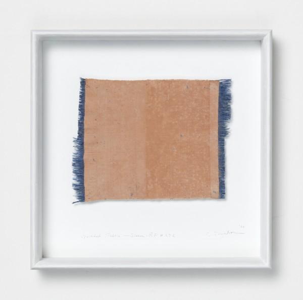 Chiyoko Tanaka #022080 Grinded Fabric - Sienna . RF #272, 1988 Handgewebtes Textil (Rohleinen, Ramie, Seide), gerieben mit Backstein Textil: 18 x 23 cm: Rahmen: 35 x 35 x 5 cm