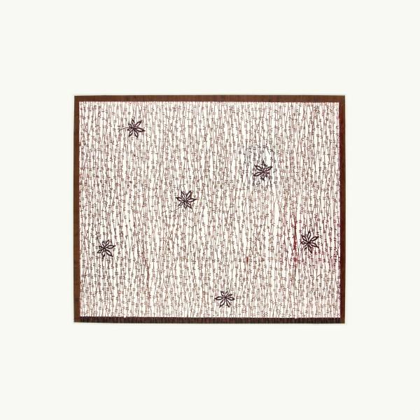 Katagami / Uwagami #016503 Uwagami (Entwurfsschablone), Japan, Meiji-Zeit (1868—1905), März 1910 Typ: komon (kleine Muster) 柳縞に楓 yanagi-shima ni kaede. Ahornblätter auf Weidenstreifen. Schnitttechnik: tsukibori (Freischneiden) Handgeschöpftes Papier (washi), imprägniert mit Persimonentanin (kaki-shibu). Aufschrift und Datum am unteren Rand (teilweise ungelesen) ... 四十三年三月… 掘り… yonjûsannen sangatsu [Name?] hori = … März 1910, geschnitten (von) … Schablone: 39 x 42,5 cm; Rapport: 30,5 x 36,8 cm; Passepartout: 60 x 60 cm
