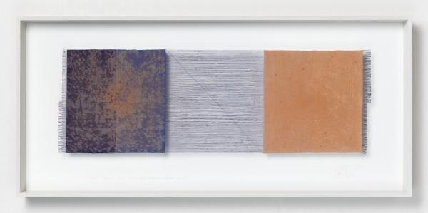 Chiyoko Tanaka #022074 Grinded Fabric - Three Squares. Blue Threads and Sienna #291, 2010 Handgewebtes Textil (Ramie, Rohleinen), gerieben mit Backstein, und Bleistiftzeichnung Textil: 31,5 x 95 cm; Rahmen: 54 x 118 x 8 cm
