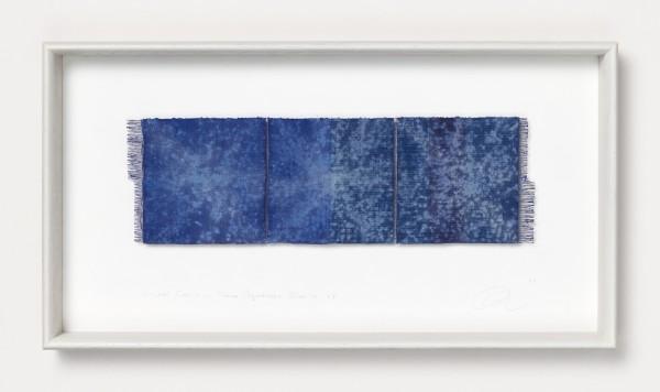Chiyoko Tanaka #022078 Grinded Fabric - Three Squares. Blue #155, 2009 Handgewebtes Textil (Ramie, Leinen), gerieben mit weißem Stein Textil: 13 x 42 cm; Rahmen: 32 x 59 x 5 cm