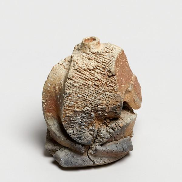 Shozo Michikawa #021839 Skulpturale Form, Vase, 2018 Steinzeug, natürlicher Ascheanflug (anagama-Brand) 19 x 15 cm