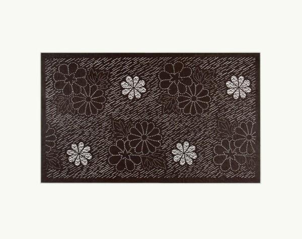 Katagami / Uwagami #010889 Katagami (Textilfärbeschablone), Japan, Späte Edo-Zeit / Meiji-Zeit (2. H. 19. Jh. / Anfang 20. Jh.) Chrysanthemenblüten mit Meereswellen in diagonalem Strichmuster, Handgeschöpftes Papier (washi), imprägniert mit Persimonentanin (kaki-shibu) Blatt 29,6 x 41 cm; Muster: 20,1 x 34,8 cm; Passepartout: 40 x 50 cm
