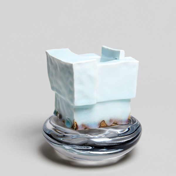 Masamichi Yoshikawa #021932 Sûien (Water flame), 2018 Porzellan mit Seihakuji-Glasur, Glassockel 19 x 18,5 x 17,5 cm
