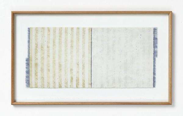 Chiyoko Tanaka #022077 Grinded Fabric - Blue Threads. Yellow and White Stripes #628, 1990 Handgewebtes Textil (Ramie), gerieben mit weißem Stein Textil: 31,5 x 68,5 cm; Rahmen: 49 x 83 x 4 cm