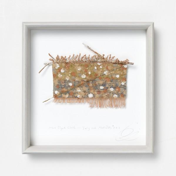 Chiyoko Tanaka #022086 Mud Dyed Cloth - White Mud Dots on Red Stripes #6.4.5 (duplicate), 2013 Handgewebtes Textil (Hanf, Baumwolle), gefärbt mit Schlamm, Zweig und Faden Textil: 12 x 16 cm; Rahmen: 28 x 28 x 5 cm