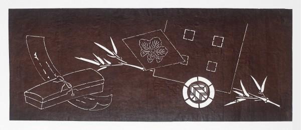 Katagami / Uwagami #016972 Katagami (Textilfärbeschablone), Japan, Späte Edo-Zeit / Meiji-Zeit (2. H. 19. Jh. / Anfang 20. Jh.) Typ: tenugui-ban (Handtuchformat) 短冊に文箱と笹に矢羽紋 tanzaku ni fumibako to sasa ni yabane-mon. Handtuch mit Glücksmotiven: Gedichtblatt und Schreibkasten; Bambus mit Pfeilfederwappen; Rhombus mit kiri-Blatt und ... . Schnitttechnik: tsukibori (Freischneiden), Seidenfadeneinlage zur Stabilisierung (ito'ire). Handgeschöpftes Papier (washi), imprägniert mit Persimonentanin (kaki-shibu) Schablone: 32,8 x 82,1 cm; Muster: 25 x 73,4 cm