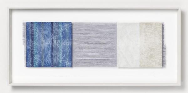 Chiyoko Tanaka #022075 Grinded Fabric - Three Squares. Blue Threads and Blue Stripes #690, 2006 Handgewebtes Textil (Ramie, Rohleinen), gerieben mit weißem Stein, und Bleistiftzeichnung Textil: 31,5 x 99 cm; Rahmen: 54 x 118 x 8 cm