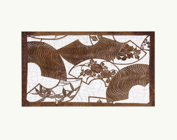Katagami / Uwagami #010857 Katagami (Textilfärbeschablone), Japan, Späte Edo-Zeit / Meiji-Zeit (2. H. 19. Jh. / Anfang 20. Jh.) Typ: komon (kleine Muster) 扇面散し senmen-chirashi. Verstreute Fächerblätter mit Päonien-, Bambus- und Wellenmotiven. Aufschrift am unteren Rand links: zweimal ôban (= ôban-Format?). Seidenfadeneinlage zur Stabilisierung (ito'ire). Handgeschöpftes Papier (washi), imprägniert mit Persimonentanin (kaki-shibu) Schablone 30,3 x 42,4 cm, Rapport: 19,5 x 34,8 cm; Passepartout: 40 x 50 cm