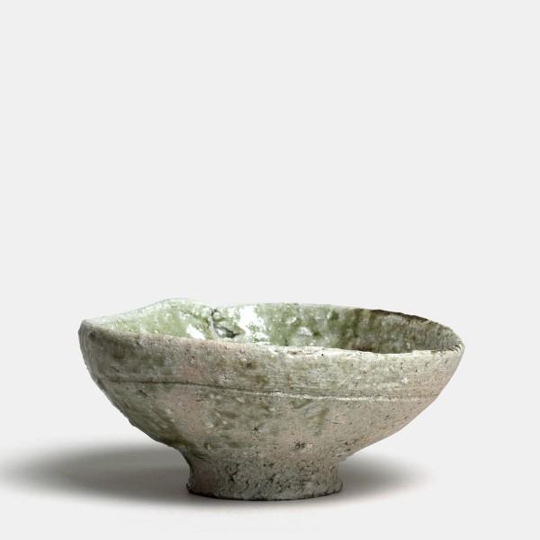 Shiro Tsujimura #000655 Chawan (Teeschale), um 1992/93 Flache Schale im Iga-Stil (iga chawan). Körniger Scherben, grau gebrannt Glasige grüne natürliche Aschenglasur mit Craquelé, im Inneren der Schale graue Verkrustungen. 7,2 x 16 cm