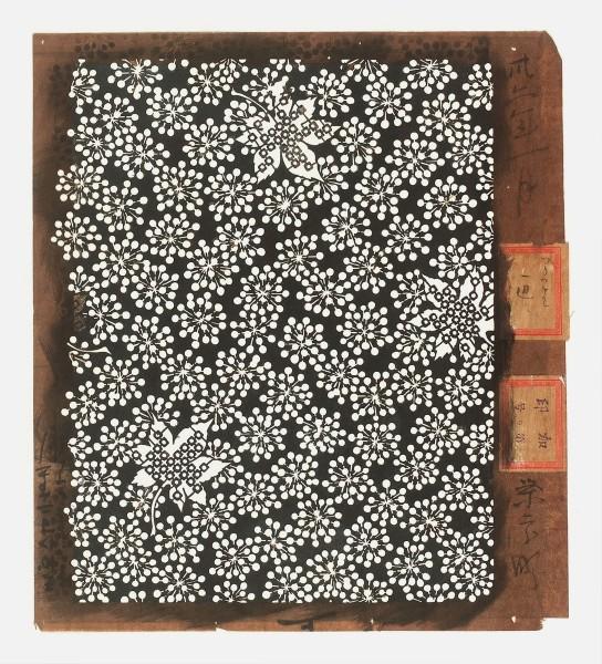 Katagami / Uwagami #020881 Uwagami (Entwurfsschablone), Japan, Meiji-Zeit (1868—1912), Januar 1899 Typ: kohon (Ausschnittsentwurf für feine Grundmuster) 南天に紅葉 nanten ni kôyô. Ahornblätter mit geometrischem Muster auf nanten-Früchten (Nandine). Schnitttechnik: dôgubori (Stanztechnik) und tsukibori (Freischneiden). Handgeschöpftes Papier (washi), imprägniert mit Persimonentanin (kaki-shibu). Aufschrift mit Datum am rechten Rand: sanjû ninen ichigatsu ei … hori. Januar 1899, geschnitten (von) Ei … . Aufkleber ohne Bezug zum uwagami Schablone: 27,4 x 24,3 cm; Rapport: 24,6 x 20 cm