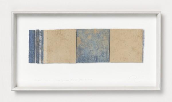 Chiyoko Tanaka #022079 Grinded Fabric - Three Squares. Blue and Ocher #353, 2012 Handgewebtes Textil (Rohleinen, Ramie), gerieben mit Ocker Textil: 13,5 x 46 cm; Rahmen: 32 x 59 x 5 cm