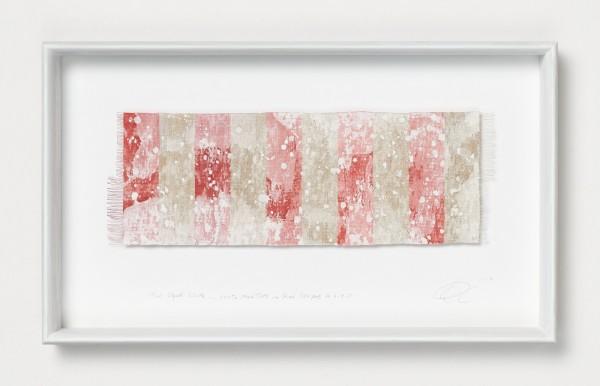 Chiyoko Tanaka #022085 Mud Dyed Cloth - White Mud Dots on Red Stripes #6.4.5, 2019 Handgewebtes Textil (Rohleinen, Ramie), gefärbt mit weißem Schlamm Textil: 14 x 41 cm; Rahmen: 32 x 54 x 5 cm