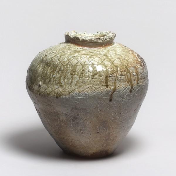 Kei Tanimoto #019403 Großes Vorratsgefäß (Tsubo), Iga-Typ, 2010 Stoneware with natural ash glaze (Anagama fired) 32,5 x 33 cm