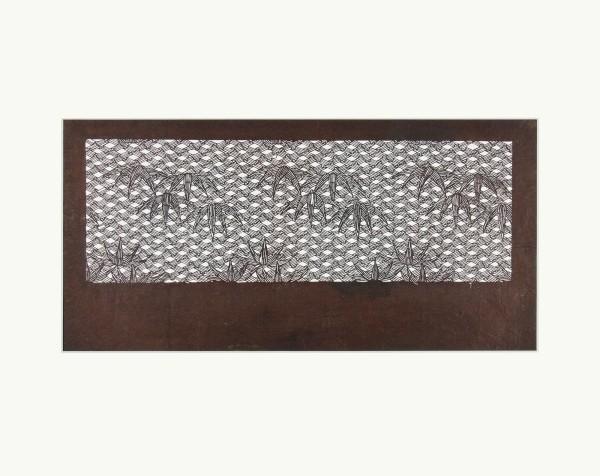 Katagami / Uwagami #010842 Katagami (Textilfärbeschablone), Japan, Späte Edo-Zeit / Meiji-Zeit (2. H. 19. Jh. / Anfang 20. Jh.) Typ: komon (kleine Muster) 竹菱格子に笹の葉 takebishi-kôshi ni sasa no ha. Sasa-Blätter (Bambusgras) auf Gitter aus Bambusrhomben. Schnitttechnik: tsukibori (Freischneiden). Handgeschöpftes Papier (washi), imprägniert mit Persimonentanin (kaki-shibu) Schablone: 23,4 x 40,4 cm; Rapport: 11,9 x 35,4 cm; Passepartout 40 x 50 cm