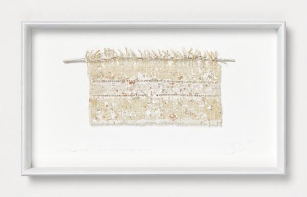 Chiyoko Tanaka #022084 Mud Dyed Cloth - Twig and Mud Dots #6.6.4, 2009 Handgewebtes Textil (Ramie, Hanf), gefärbt mit Schlamm, Zweig und Faden Textil: 16,5 x 28 cm; Rahmen: 32 x 54 x 5 cm