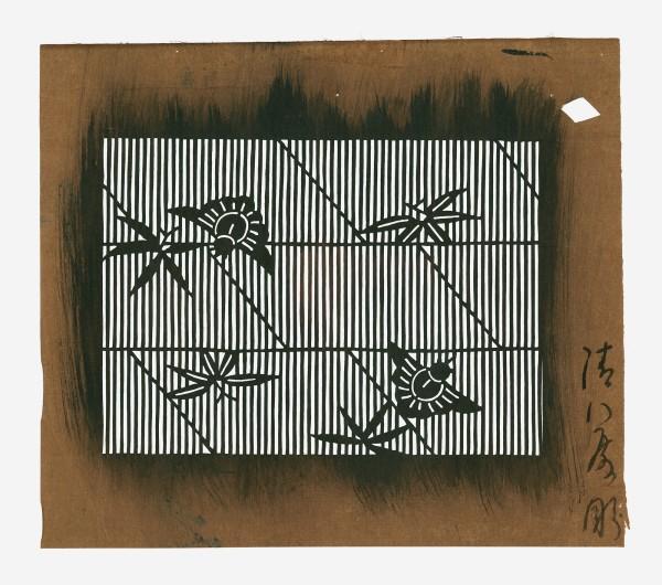 Katagami / Uwagami #013370 Uwagami (Entwurfsschablone), Japan, Späte Edo-Zeit / Meiji-Zeit (2. H. 19. Jh. / Anfang 20. Jh.) Typ: kohon (kleine Muster); Ausschnittsentwurf einer Mustereinheit für chûgata-Schablone (mittelgroßes yukata-Muster) 縞に福良雀と笹 shima ni fukura-suzume to sasa. Sasa-Blätter (Bambusgras) und Glücksspatzen auf Streifen. Schnitttechnik: tsukibori (Freischneiden). Handgeschöpftes Papier (washi), imprägniert mit Persimonentanin (kaki-shibu). Aufschrift unten rechts: Seihachi … hori. geschnitten (von) Seihachi … Schablone: 17,3 x 20,2 cm; Rapport: 10,8 x 15 cm
