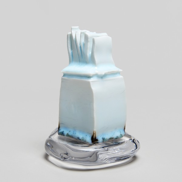 Masamichi Yoshikawa #021936 Sûien (Water flame), 2019 Porzellan mit Seihakuji-Glasur, Glassockel 15 x 13 x 10 cm