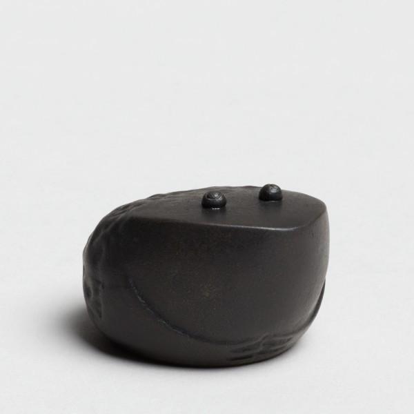 Andreas Caderas. Frösche #022121 Frosch, 2019 Bronze unten Feinsilber 2,7 x 4,0 x 4,7 cm