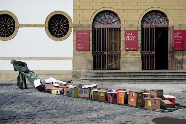 Güler Ates, Dwelling Peformance Casa França Brasil, 2014