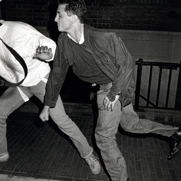 Ron Galella - Sean Penn, socks Anthony Galella, August 29, 1986