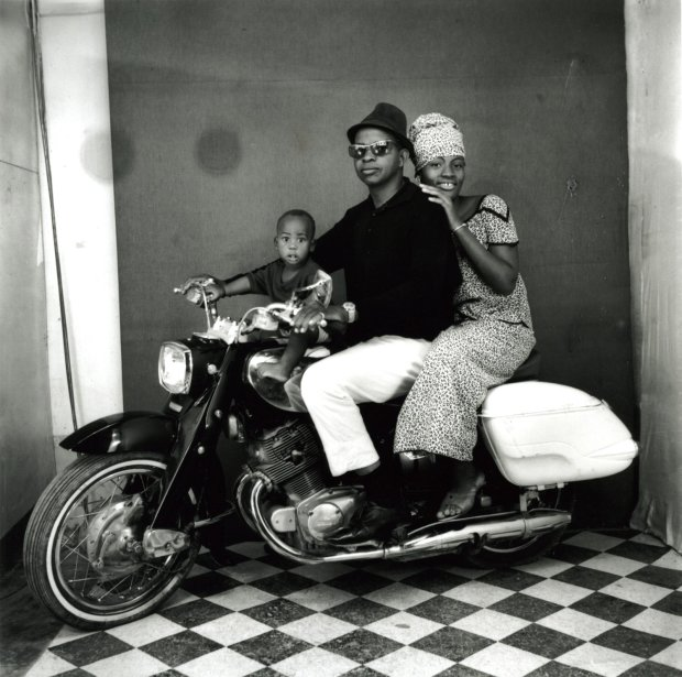 Malick Sidibé, Toute la Famille à Moto, 1962 / 2010