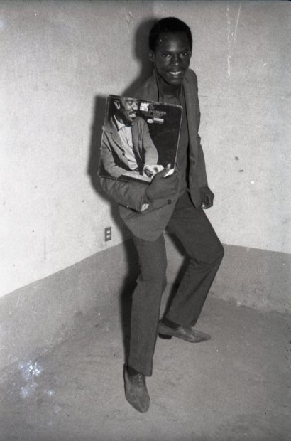 Malick Sidibé, Montrant un Disque, 1972 / 1998
