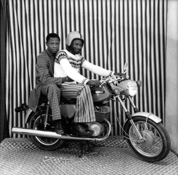 Malick Sidibé, Sur la moto dans mon studio, 1973, printed later