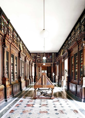 <span class=&#34;artist&#34;><strong>Candida Höfer</strong></span>, <span class=&#34;title&#34;><em>Biblioteca Nazionale Napoli II 2009</em></span>