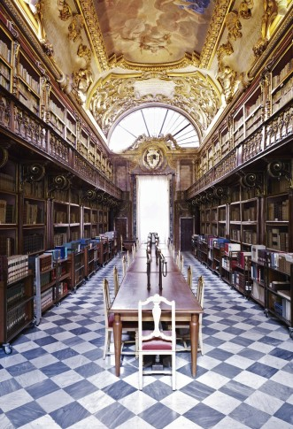 <p><b>Candida Höfer</b>, <i>Biblioteca Riccardiana Firenze I 2008</i></p>