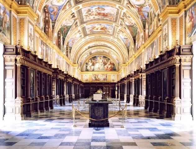 <p><b>Candida Höfer</b>, <i>Real Sitio de San Lorenzo de El Escorial XII 2000</i></p>