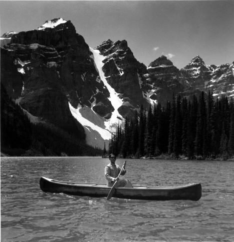 <p><b>Tseng Kwong Chi&#160;</b>(1950-1990),&#160;<i>Lake Moraine, Canada (Canoe Mountain, Alberta)</i>, 1986</p>