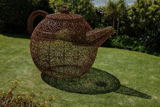 Joana Vasconcelos Tè Danzante Wrought iron, jasmine plants H:230 x W:331 x D:224cm 5 unique versions +5AP