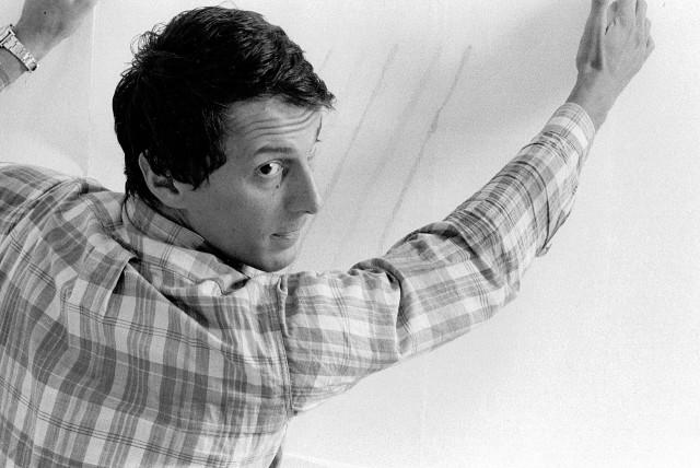 Giorgio Griffa installa una sua tela nel 1970, ABC-ARTE