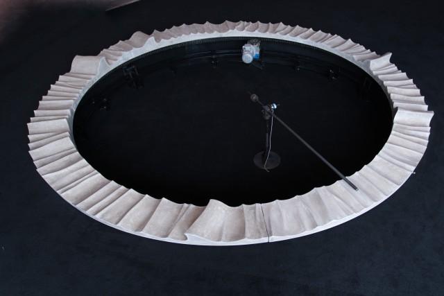 "《W》,2017 ,声音装置(水泥雕塑、音响、电机、机械部分),直径4m | ""W"", 2017, installation (concrete, speaker, motor, mechanical parts), diameter 4m|图片来源A4美术馆 Courtesy A4 Art Museum"