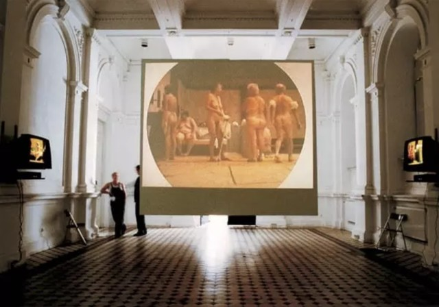 Katarzyna Kozyra 卡塔姿娜·科兹拉, Bathhouse《澡堂》, 1997, six-channel video installation (colour), loop, 4:3 PAL, mute, 4'17'' (main screen projector), 8'22'' (Channel 2),...