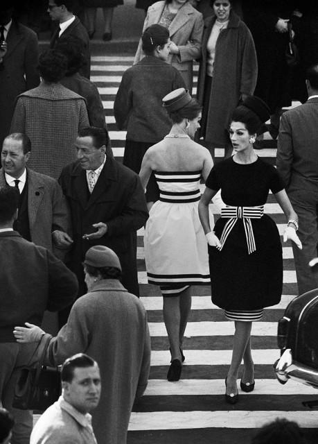 William Klein, Simone + Nina, Piazza di Spagna Nr. 2, Rome (Vogue), 1960