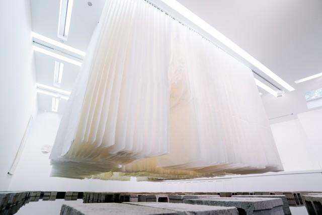 天玑II - 反映,2017–2018 宣纸、砖、水和镜子 6 x 5 x 3.4 m (366张纸,每张180 x 97 cm; 160张纸, 每张180 x 60 cm)