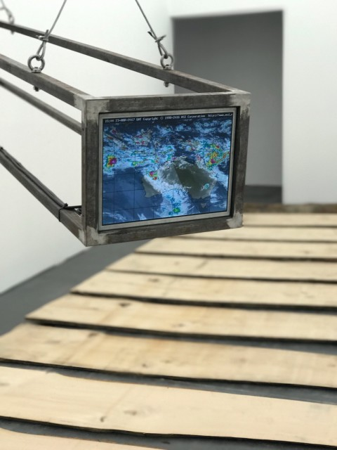 A Sculpture of the Earth 一件地球雕塑, 2015 Computers, monitors, steel frames 两套电脑显示器、主机、钢架结构 250 x 38.5 x 31.5 cm