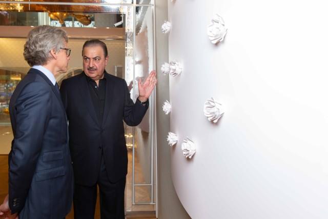 Le président de Guerlain Laurent Boillot et l'artiste