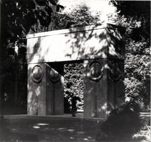 Constantin Brancusi, Gate of the Kiss (1), 1937 - 1938
