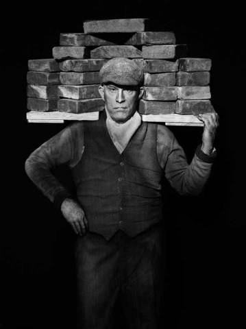 August Sander / Bricklayer (1928)