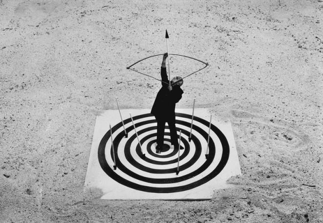 Gilbert Garcin, Le coeur de la cible - Bull's eye, 1998