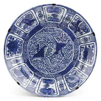 A VERY RARE AND LARGE BLUE AND WHITE KRAAK CHARGER DECORATED WITH PHOENIXES, 1610 - 1630